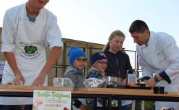 Rodzice ciężko pracują, a dzieci przy zabawie regionalnie gotują.